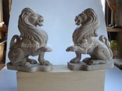 Два льва из дерева