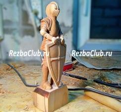 Как вырезать из дерева фигуру крестоносца со щитом