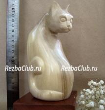 Кошка из дерева на подставке - фигурка