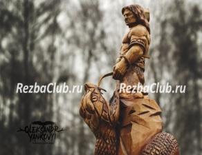 Скульптуру из дерева Тор с молотом и змеем
