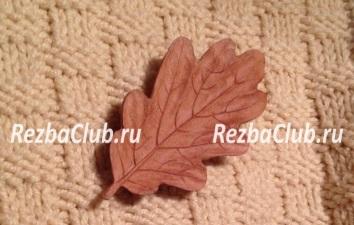 Как вырезать из дерева брошь в форме дубового листа